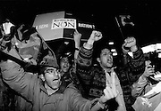 Partisans du NON invectivant les souverainistes à la sortie du la salle Métropolis.