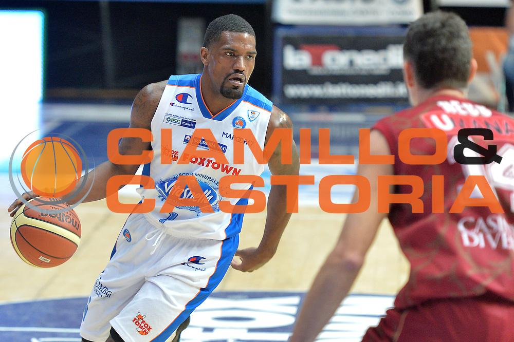 DESCRIZIONE : Cant&ugrave; Lega A 2014-15 Acqua Vitasnella Cant&ugrave; vs  Umana Reyer Venezia<br /> GIOCATORE : Darius Lohnson - Odom<br /> CATEGORIA : Palleggio<br /> SQUADRA : Acqua Vitasnella Cant&ugrave;<br /> EVENTO : Campionato Lega A 2014-2015<br /> GARA : Acqua Vitasnella Cant&ugrave; vs Umana Reyer Venezia<br /> DATA : 21/12/2014<br /> SPORT : Pallacanestro <br /> AUTORE : Agenzia Ciamillo-Castoria/I.Mancini<br /> Galleria : Lega Basket A 2014-2015 <br /> Fotonotizia : Cant&ugrave; Lega A 2014-15 Acqua Vitasnella Cant&ugrave; vs Umana Reyer Venezia<br /> Predefinita :
