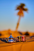Maroc, région du Tafilalet, désert de Merzouga, dunes de l'erg Chebbi, préparation du thé dans le desert // Morocco, Tafilalet region, Merzouga desert, erg Chebbi dunes, making tea in the desert
