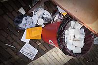 Nederland.  Den Haag 13 maart 2009.<br /> Maskers van Bos, Balkenende en Donner liggen na afloop bij de prullenbak.<br /> De FNV protesteert op het Plein voor het Binnenhof. De vakorganisatie wil dat het kabinet in actie komt tegen de gevolgen van de economische crisis. Volgens FNV heeft het kabinet nog niet serieus gereageerd op het investeringsplan 'Samen de crisis te lijf', dat de bonden onlangs presenteerden<br /> Foto Martijn Beekman<br /> NIET VOOR PUBLIKATIE IN LANDELIJKE DAGBLADEN.