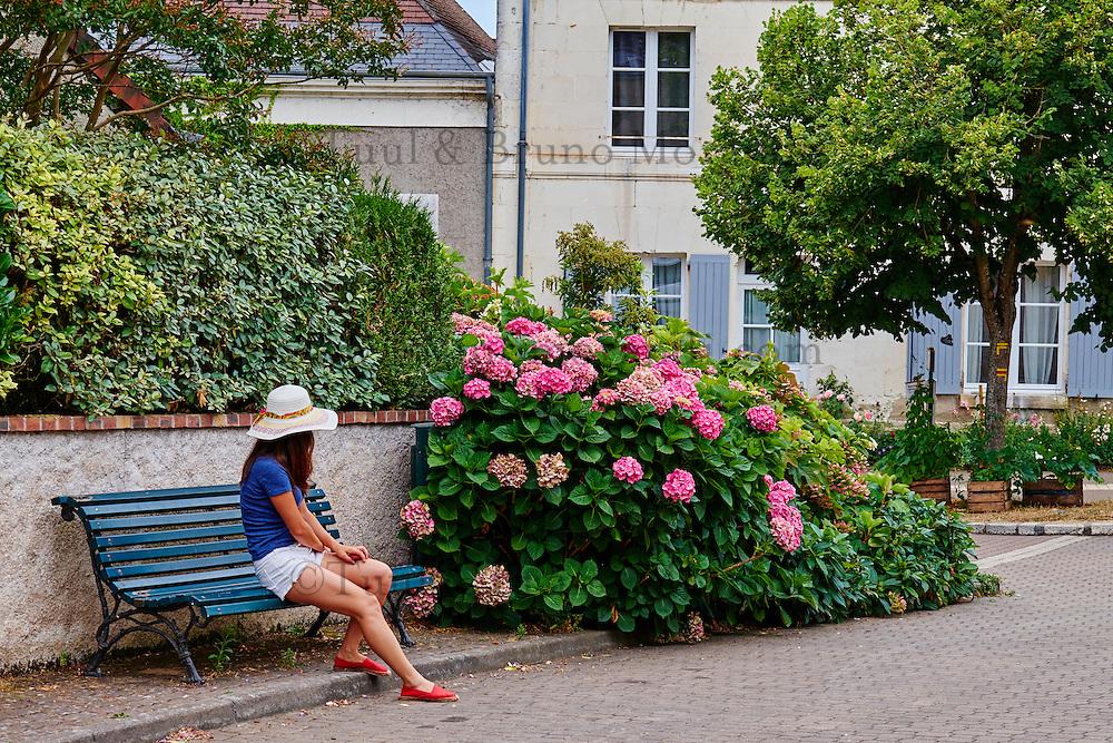 France, Indre-et-Loire (37), Chedigny, village fleuri devenu une ville jardin, jeune femme touriste // France, Indre-et-Loire (37), Chedigny, flowered village, garden, tourist, young woman