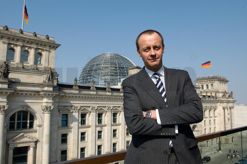 02 APR 2004, BERLIN/GERMANY:<br /> Friedrich Merz, CDU, Stellv. Fraktionsvorsitzender der CDU/CSU Bundestagsfraktion, auf einem Balkon des Jakob-Kaiser-Hauses, im Hintergrund: das Reichstagsgebaeude, Deutscher  Bundestag<br /> IMAGE: 20040402-01-039<br /> KEYWORDS: Reichstag