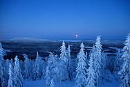 Kuutamomaisema Ryläyksen näköalatornista Uudenvuodenpäivän viimeisinä tunteina. Full moon at Ryläys