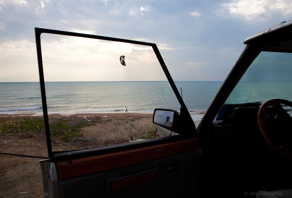 Kite-surfer, Sicily. Kite-surfer, Sicile.