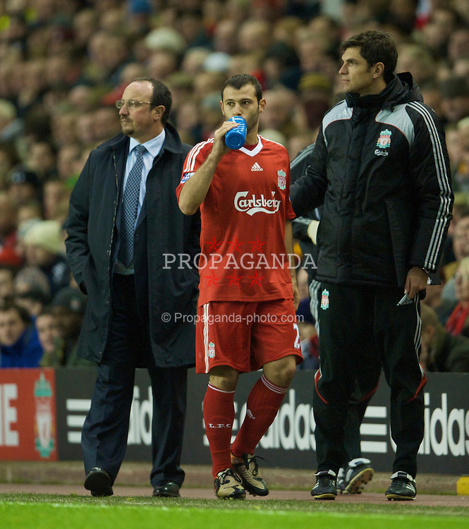 LIVERPOOL, ENGLAND - Saturday, November 22, 2008: Liverpool's Javier Mascherano is brought off on the hour mark for Xabi Alonso during the Premiership match against Fulham at Anfield. (Photo by David Rawcliffe/Propaganda)