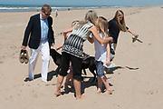 Koning Willem-Alexander en koningin Maxima poseren samen met de prinsesjes Ariane, Amalia en Alexia tijdens de jaarlijkse fotosessie op het strand bij het natuurgebied Meijendel in Wassenaar. <br /> <br /> King Willem-Alexander and Queen Maxima posing together with the princesses Ariane, Amalia and Alexia at the annual photo session on the beach at the nature Meijendel in Wassenaar.<br /> <br /> Op de foto / On the photo: Koning Willem-Alexander en koningin Maxima  met de prinses Ariane, prinses  Amalia en prinses  Alexia <br /> <br /> <br /> King Willem-Alexander and Queen Maxima with the Princess Ariane, Princess Amalia and Princess Alexia