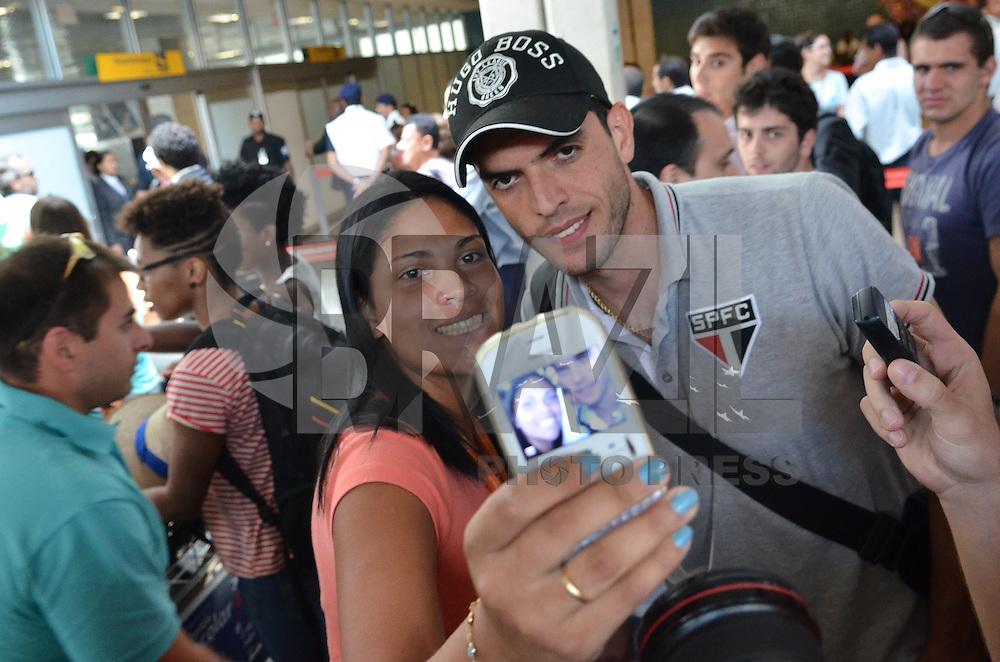 SAO PAULO, 12 DE FEVEREIRO DE 2013. - DESEMBARQUE SAO PAULO -  O jogador Rhodolfo durante desembarque do Sao Paulo no aeroporto de Congonhas, regiao sul da capital, na manha desta quinta feira, 14. (FOTO: ALEXANDRE MOREIRA / BRAZIL PHOTO PRESS).