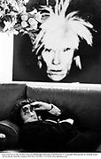 Fran Lebowitz at the Warhol Museum, Piisburgh 1994.Film no94201fr34. © Copyright Photograph by Dafydd Jones 66 Stockwell Park Rd. London SW9 0DA Tel 020 7733 0108 www.dafjones.com