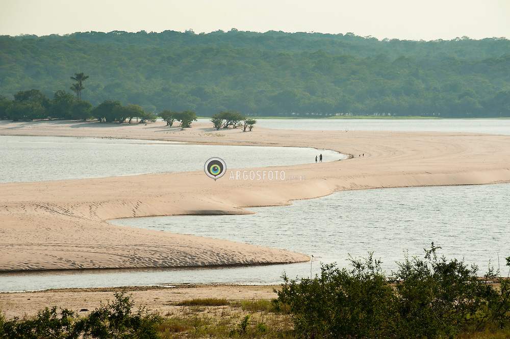 Praia de Ponta de Pedras esta distante cerca de 35 km da cidade brasileira de Santarem no estado do Para, praia de agua doce banhada pelo Rio Tapajos. Marcada pela sua vegetacao e formacoes rochosas que  chegam proximas as margens./ Ponta de Pedras is located about 35 km from the Brazilian city of Santarem in Para state, freshwater beach bathed by the Rio Tapajos. Marked by its vegetation and rock formations that reach near the margins.