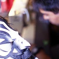 """Toluca, Méx.- Aaron Hernandez creador de fama Internacional de máscaras para luchadores profesionales trabaja en su taller de la colonia Unión de esta ciudad, desde hace 25 años ha elaborado la identidad deportiva de luchadores como """"El Santo"""", """"Mil Mascaras"""", """"La Parka"""", """"Atlantis"""", entre otros muchos y hasta japoneses. Agencia MVT / Mario B. Arciniega"""