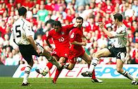 Fotball<br /> VM-kvalifisering<br /> Wales v Østerrike<br /> 26. mars 2005<br /> Foto: Digitalsport<br /> NORWAY ONLY<br /> Simon Davies gets a rare shot away for Wales