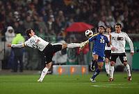 Fussball           EM Qualifikation        17.11.07 Deutschland - Zypern Miroslav KLOSE (li, GER) im Zweikampf mit Konstantinos MAKRIDIS (re, ZYP).
