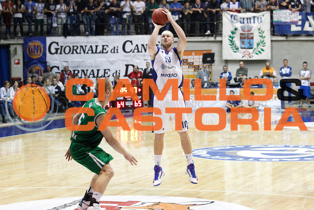 DESCRIZIONE : Desio Eurolega Eurolegue 2012-13 Mapooro Cantu Union Olimpija Ljubljana<br /> GIOCATORE : Maarten Leunen<br /> SQUADRA : Mapooro Cantu<br /> CATEGORIA : Tiro Three points<br /> EVENTO : Eurolega 2012-2013<br /> GARA : Mapooro Cantu Union Olimpija Ljubljana<br /> DATA : 11/10/2012<br /> SPORT : Pallacanestro<br /> AUTORE : Agenzia Ciamillo-Castoria/G.Cottini<br /> Galleria : Eurolega 2012-2013<br /> Fotonotizia : Desio Eurolega Eurolegue 2012-13 Mapooro Cantu Union Olimpija Ljubljana<br /> Predefinita :