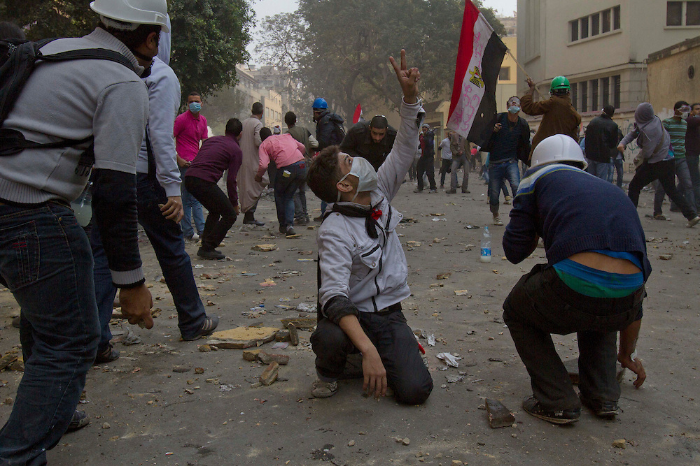 Egyptian demostrators clash with police next to Tahrir Square on November 22, 2011 photo by: Maya Levin