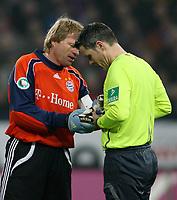 Fotball<br /> Tyskland<br /> Foto: Witters/Digitalsport<br /> NORWAY ONLY<br /> <br /> 29.01.2008<br /> <br /> Torwart Oliver Kahn Bayern, Schiedsrichter Michael Weiner - Kahn hat Feuerzeuge und Gegenstaende gesammelt, die die wuppertaler Fans auf den Rasen geschmissen habe <br /> <br /> DFB-Pokal Achtelfinale Wuppertaler SV - FC Bayern München