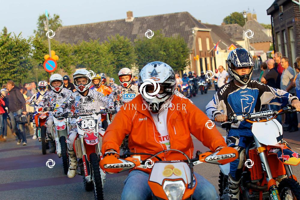 AMMERZODEN - Op het Kerkplein is motorcrosser Davy Pootjes gehuldigd omdat hij Europees Kampioen is geworden.  Met op de foto supporters, vrienden, familie en de fanclub van Davy. FOTO LEVIN DEN BOER - PERSFOTO.NU