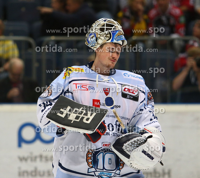 25.09.2015, Lanxess Arena, Koeln, GER, DEL, Koelner Haie vs Straubing Tigers, 5. Runde, im Bild Dustin Strahlmeier (Straubing) schaut nachdenklich // during the German DEL Icehockey League 5th round match between Koelner Haie and Straubing Tigers at the Lanxess Arena in Koeln, Germany on 2015/09/25. EXPA Pictures &copy; 2015, PhotoCredit: EXPA/ Eibner-Pressefoto/ Horn<br /> <br /> *****ATTENTION - OUT of GER*****