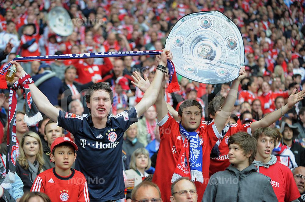 Fussball 1. Bundesliga :  Saison   2009/2010   33. Spieltag   FC Bayern Muenchen - VfL Bochum     01.05.2010 JUBEL FC Bayern Fans mit Meisterschale
