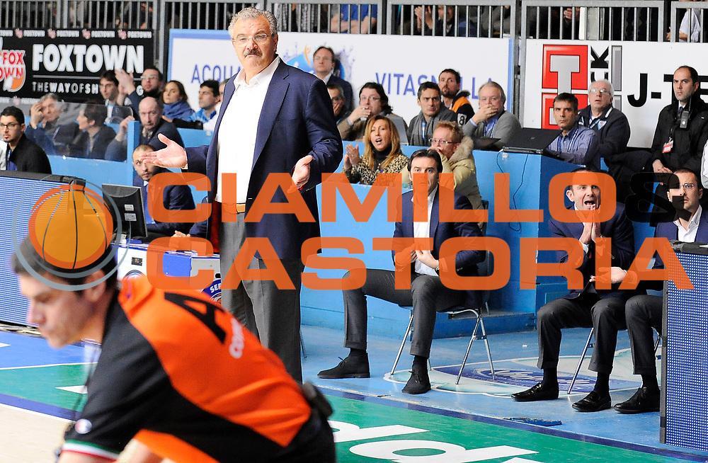 DESCRIZIONE : Cantu' Campionato Lega A 2013-14 Acqua Vitasnella Cantu' Banco di Sardegna Sassari <br /> GIOCATORE : Meo Sacchetti <br /> SQUADRA : Banco di Sardegna Sassari<br /> EVENTO : Campionato Lega A 2013-14<br /> GARA :  Acqua Vitasnella Cantu' Banco di Sardegna Sassari<br /> DATA : 26/01/2014<br /> CATEGORIA :  Allenatori Coach Fair Play<br /> SPORT : Pallacanestro<br /> AUTORE : Agenzia Ciamillo-Castoria/A.Giberti<br /> Galleria : Campionato Lega Basket A 2013-14<br /> Fotonotizia : Acqua Vitasnella Cantu' Banco di Sardegna Sassari<br /> Predefinita :