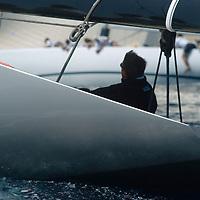 SEMAINE INTERNATIONALE DE PORQUEROLLES <br /> CLASSE 12 M J Ce yacht a &eacute;t&eacute; construit en 1983 pour participer &agrave; la coupe de l'America. C'&eacute;tait un des voiliers construits pour le milliardaire australien Alan Bond afin de choisir un challenger pour conqu&eacute;rir la Coupe de l'America. Ce fut Australia II, qui diff&eacute;rait de Challenge 12 par sa fameuse quille &agrave; ailettes, qui remporta les &eacute;liminatoires (coupe Louis Vuitton) et qui finit par remporter la Coupe. Le perdant, Dennis Conner, ne perdit pas la t&ecirc;te comme pr&eacute;vu par le r&egrave;glement du New York Yacht Club ; mais il fut quand m&ecirc;me renvoy&eacute; et dut aller se r&eacute;fugier &agrave; San Diego, tr&egrave;s loin de NewYork, et il y cr&eacute;a un nouveau syndicat pour r&eacute;cup&eacute;rer SA coupe. Avec succ&egrave;s : il r&eacute;cup&eacute;rait son pr&eacute;cieux bibelot et sa notori&eacute;t&eacute; en battant un autre bateau australien, Kookaburra III, en 1987.<br />     Aujourd'hui Challenge 12 est bas&eacute; &agrave; Antibes et appartient au chantier naval Tr&eacute;hard, qui l'a construit. Il participe aux r&eacute;gates classiques en M&eacute;diterran&eacute;e.
