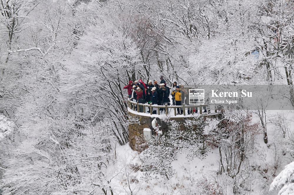 Tourists wach snow view, Mt. Huangshan (Yellow Mountain), Anhui, China