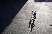 Nederland, Groningen, 20-8-2016Plein waar mensen onherkenbaar met hoog contrast in tegenlicht en met een langgerekte schaduw overheen lopen .Foto: Flip Franssen
