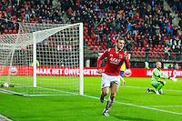 ALKMAAR - 27-01-2016, AZ - Cambuur, AFAS Stadion, AZ speler Vincent Janssen scoort hier de 1-0, doelpunt, SC Cambuur doelman Leonard Nienhuis.