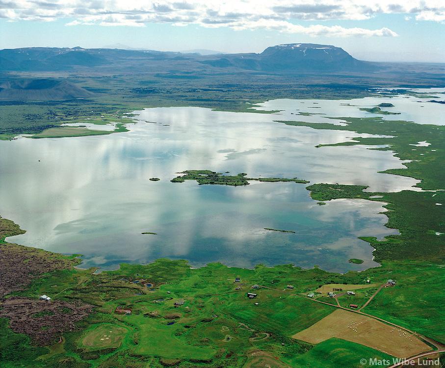 Grímsstaðir við Mývatn, séð til suðurs, Slútnes i miðju, .Bláfjall i fjarska, en Hverfjall til vinstri, Skútustaðahreppur /.Grimsstadir at the shore of Lake Myvatn viewing south towards Blafjall