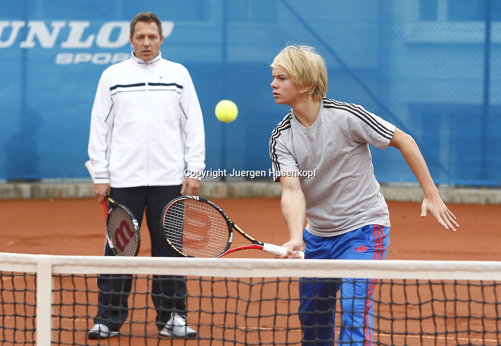 Internatschueler in der BTV  TennisBase in Oberhaching / Muenchen,.Trainer Sascha Petrascheck beobachtet das Volley Training am Netz von Michael Bogner,Aktion,.Querformat,Halbkoerper,