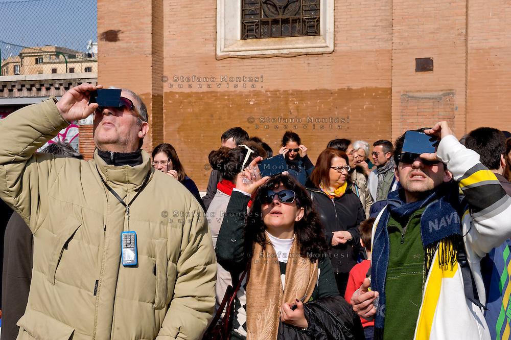 Roma 20 Marzo 2015<br /> Eclissi solare parziale al quartiere San Lorenzo. La gente si riunita questa mattina in Piazza Immacolata, per osservare  l'eclissi solare parziale.<br /> <br /> Rome March 20, 2015<br /> Partial solar eclipse. People gather this morning in Piazza Immacolata, District San Lorenzo, to get a rare glimpse of the solar eclipse. People watch the Solar Eclipse<br /> .