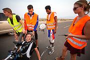 Robert Braam komt uit de VeloX V. Het team test de VeloX V in de woestijn. Het Human Power Team Delft en Amsterdam (HPT), dat bestaat uit studenten van de TU Delft en de VU Amsterdam, is in Amerika om te proberen het record snelfietsen te verbreken. Momenteel zijn zij recordhouder, in 2013 reed Sebastiaan Bowier 133,78 km/h in de VeloX3. In Battle Mountain (Nevada) wordt ieder jaar de World Human Powered Speed Challenge gehouden. Tijdens deze wedstrijd wordt geprobeerd zo hard mogelijk te fietsen op pure menskracht. Ze halen snelheden tot 133 km/h. De deelnemers bestaan zowel uit teams van universiteiten als uit hobbyisten. Met de gestroomlijnde fietsen willen ze laten zien wat mogelijk is met menskracht. De speciale ligfietsen kunnen gezien worden als de Formule 1 van het fietsen. De kennis die wordt opgedaan wordt ook gebruikt om duurzaam vervoer verder te ontwikkelen.<br /> <br /> Robert Braam gets out of the VeloX V. The team tests the VeloX V. The Human Power Team Delft and Amsterdam, a team by students of the TU Delft and the VU Amsterdam, is in America to set a new  world record speed cycling. I 2013 the team broke the record, Sebastiaan Bowier rode 133,78 km/h (83,13 mph) with the VeloX3. In Battle Mountain (Nevada) each year the World Human Powered Speed Challenge is held. During this race they try to ride on pure manpower as hard as possible. Speeds up to 133 km/h are reached. The participants consist of both teams from universities and from hobbyists. With the sleek bikes they want to show what is possible with human power. The special recumbent bicycles can be seen as the Formula 1 of the bicycle. The knowledge gained is also used to develop sustainable transport.
