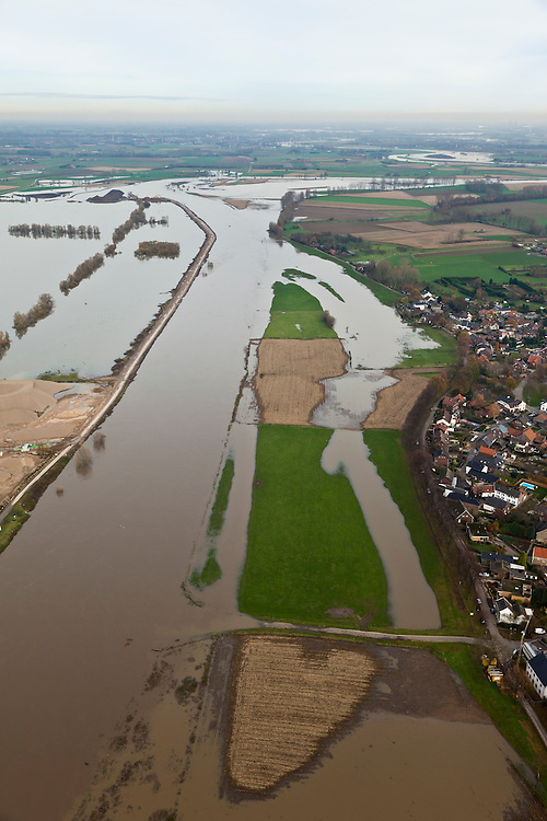 Nederland, Limburg, Gemeente Sittard-Geleen, 15-11-2010; Grevenbicht, Maas (Grensmaas) treedt bij hoogwater buiten zijn oevers en het water wordt ook via de uiterwaarden stroomafwaarts afgevoerd..Maas (Meuse) overflowing its banks, the water is also discharged downstream via the floodplains..luchtfoto (toeslag), aerial photo (additional fee required).foto/photo Siebe Swart