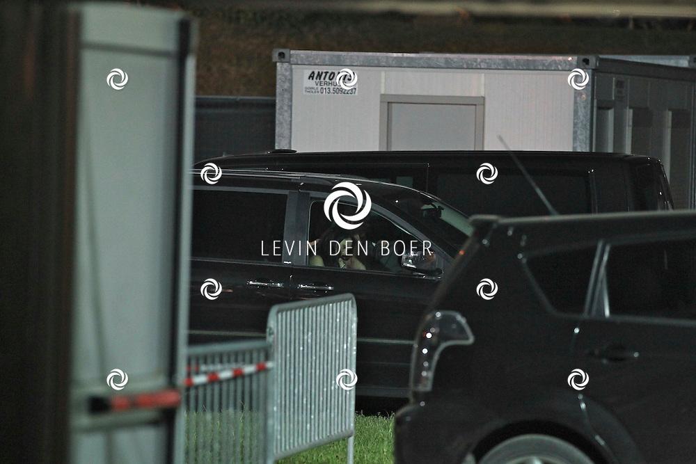 ALEM - Op het parkeerterrein zat zangeres Linda Mertens te wachten in de auto totdat ze mocht optreden. FOTO LEVIN DEN BOER - PERSFOTO.NU