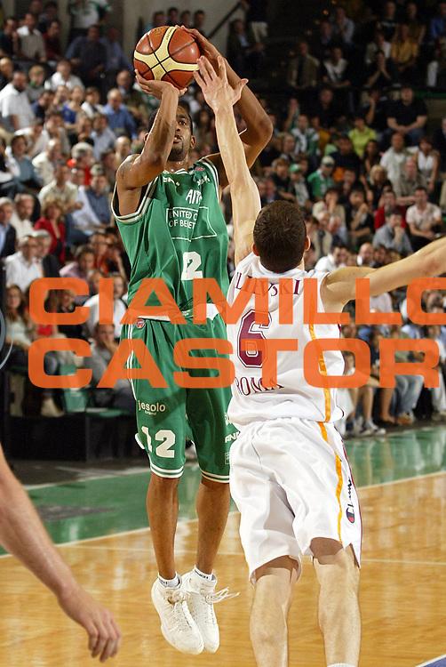 DESCRIZIONE : Treviso Lega A1 2005-06 Play Off Semifinale Gara 3 Benetton Treviso Lottomatica Virtus Roma <br /> GIOCATORE : Nicholas <br /> SQUADRA : Benetton Treviso <br /> EVENTO : Campionato Lega A1 2005-2006 Play Off Semifinale Gara 3 <br /> GARA : Benetton Treviso Lottomatica Virtus Roma <br /> DATA : 06/06/2006 <br /> CATEGORIA : Tiro<br /> SPORT : Pallacanestro <br /> AUTORE : Agenzia Ciamillo-Castoria/E.Pozzo