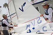 La flota de Vaurien pone a punto sus embarcaciones de cara a la primera jornada de regata que se disputará mañana en aguas de Sanxenxo.