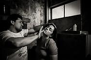 18/11/2016. El boxeador profesional Jonny Guzmán coloca vaselina sobre el rostro de Danae antes de salir a combatir en una velada boxeril realizada en el Gimnasio Prat - Lautaro de Rahue.