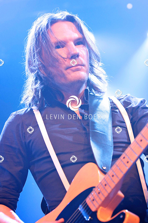 SCHIJNDEL - Tijdens paaspop speelden de Johnny Cash tribute band van Nederland genaamd Def Americans de zaal plat. Met op de foto gitarist Willem Winkelmolen. FOTO LEVIN DEN BOER - PERSFOTO.NU