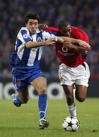 PORTO-25 FEVEREIRO:DECO#10 e QUINTON FORTUNE#25 no jogo F.C. Porto vs Manchester United F.C. primeira mao dos oitavos de final da Liga dos campeoes realizado no estadio do Dragao 25/02/2004.<br />(PHOTO BY:GERARDO SANTOS/AFCD)