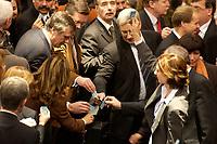 19 DEC 2003, BERLIN/GERMANY:<br /> Namentliche Abstimmung, Sondersitzung des Bundestages zur Abstimmung ueber das Reformpaket zu Steuern und Arbeitsmarkt, von den Schriftfuehrern der Fraktionen wird die zu nutzende Stimmkarte hochgehalten, Plenum, Deutscher Bundestag<br /> IMAGE: 20031219-01-049<br /> KEYWORDS: Wahlurne