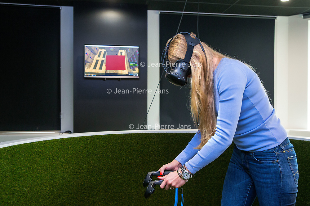 Nederland, Zeist, 7 juni 2017.<br />Uitzendbureau OTTO gebruik nieuwste technieken voor scholing <br /> Om ervoor te zorgen dat logistiek personeel meteen aan de slag kan, leidt uitzender OTTO zo vooraf op met 3D-technieken. Ze leren het pakhuis waar ze komen te werken dan al kennen.<br /><br /><br /><br />Foto: Jean-Pierre Jans