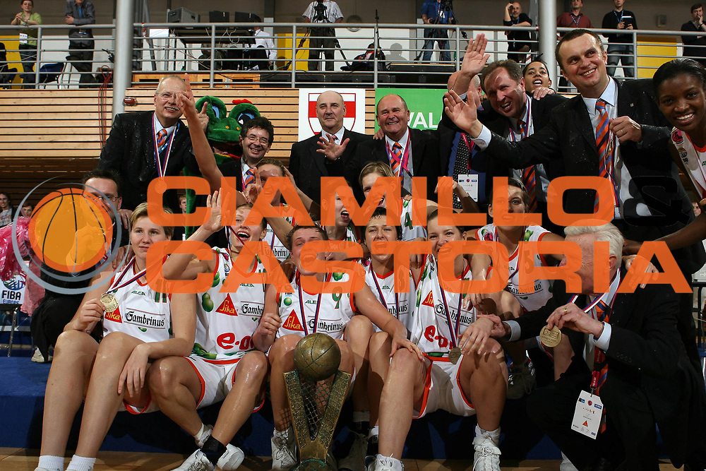 DESCRIZIONE : Brno Euroleague Women Final 4 2006 Final<br /> GIOCATORE : <br /> SQUADRA : Gambrinus Sika Brno <br /> EVENTO : Euroleague Women Final 4 2006<br /> GARA : Gambrinus Sika Brno VBM-SGAU Samara<br /> DATA : 02/04/2006<br /> CATEGORIA : Ceremony Award Esultanza<br /> SPORT : Pallacanestro<br /> AUTORE : Agenzia Ciamillo&amp;Castoria/E.Castoria<br /> Galleria : Year of the Women Basketball<br /> Fotonotizia : Brno Euroleague Women Final 4 2006 Final<br /> Predefinita : si