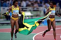Friidrett, 200m, Sommer OL 2004, Athen, <br />25/08-04, <br />Veronica Cambel fra Jamaica jubler sammen med Aleen Bailey etter Cambels gull på 200m, men de ser ut til å være i tvil om de har fått med seg riktig flagg,<br />Foto: Sigbjørn Andreas Hofsmo, Digitalsport