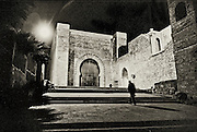 198 / Die Kasbah des Oudayas in Rabat: MAR, AFRIKA, MAROKKO, RABAT, Maerz 2010: Das Tor der Kasbah des Oudayas in Rabat bei Nacht.  - Marco del Pra / imagetrust - Stichworte: Afrika, Marokko, Maghreb, Maroc, Rabat, Medina, Altstadt, Hauptstadt, Koenigreich, Koenig, Mohammed VI, Kasbah, Oudaya, Oudayas, Festung, Burg, Mann, Schatten, Islam, islamisch, Muslim, muslimisch, Arabisch, Berber,Sufi, Sufismus,  Religion, Schwarz, Weiss, Tor, Treppen, Architektur, Ornament, Ornamente,