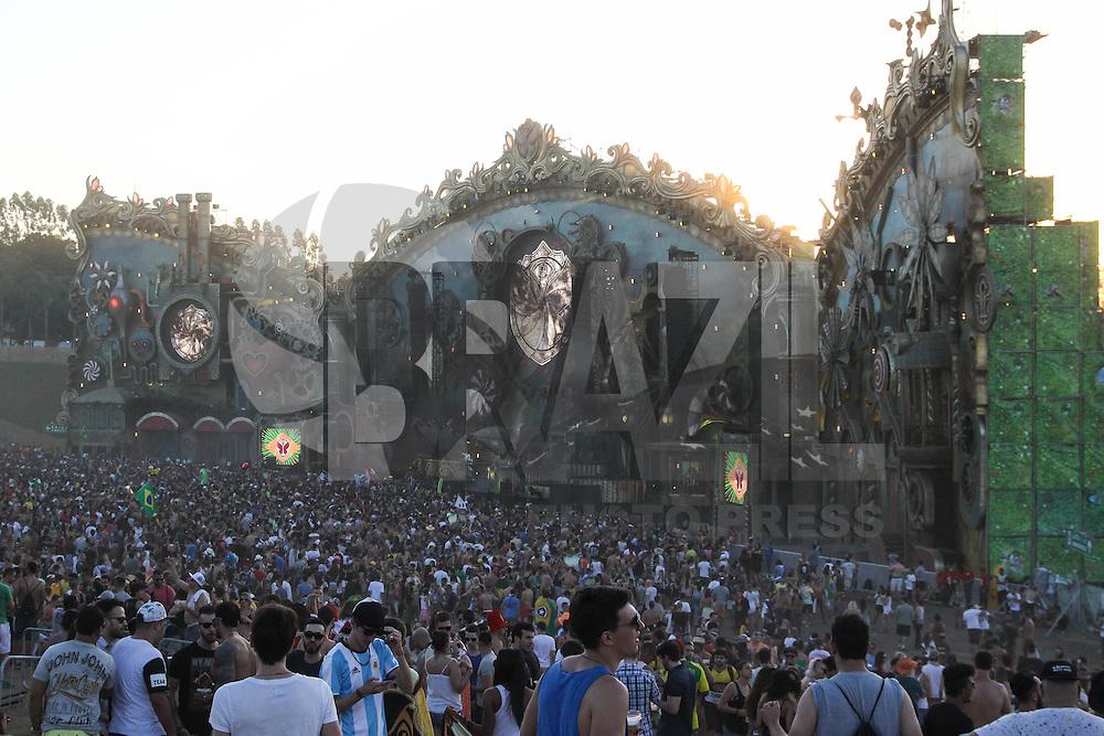 ITU, SP, 21.04.2016 - TOMORROWLAND-BRASIL - Movimentação de público durante o segundo dia do Tomorrowland Brasil no Parque Maeda em Itu interior do Estado nesta quinta-feira, 21. O evento acontece de hoje até dia 23 de abril.(Foto: Marcos Moraes/Brazil Photo Press)