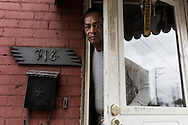 Braddock, Pennsylvania - Un uomo sulla porta della sua abitazione nella cittadina di Braddock in Pennsylavania.<br />