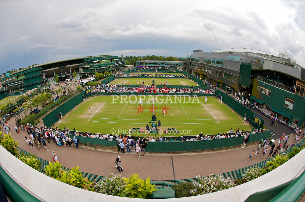 LONDON, ENGLAND - Saturday, June 27, 2009: Liverpool's Kenneth Skupski and Katie O'Brian during their Mixed Doubles 2nd Round match on court 14 during day six of the Wimbledon Lawn Tennis Championships at the All England Lawn Tennis and Croquet Club. (Pic by David Rawcliffe/Propaganda)