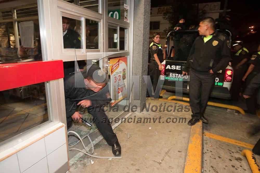 Toluca, Méx.- Tres mujeres fueron sorprendidas en el interior de la tienda Oxxo de Rancho La Mora cuando sustraian cigarros, vinos, licores y celulares; usaron una pesada piedra para romper un vidrio; fueron presentadas ante el ministerio publico y se les relaciona con al menos 15 robos en las ultimas semanas. Agencia MVT / Mario Vazquez de la Torre. (DIGITAL)