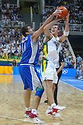 ATENE,  27 AGOSTO 2004<br /> OLIMPIADI ATENE 2004<br /> BASKET, SEMIFINALE<br /> ITALIA - LITUANIA<br /> NELLA FOTO: RAMUNAS SISKAUSKAS ROBERTO CHIACIG<br /> FOTO CIAMILLO