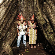 Agostinho Muru Huni Kuin et Sabindo Huni Kuin, homme de savoir du peuple Huni Kuin offrant un hommage à la Samauma. L'arbre des grands esprits et arbre sacré pour les communautés amérindiennes. | Agostinho Muru Huni Kuin et Sabindo Huni Kuin estao cantando par o spirite da Samauma.