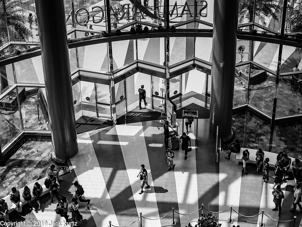 19 JANUARY 2019 - BANGKOK, THAILAND: People walk into the entrance of Siam Paragon, an upscale mall in Bangkok.    PHOTO BY JACK KURTZ